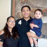 """""""Estábamos asustados"""", explicó la madre Marlene Catana, con Luis Villanueva y Julian, de 15 meses."""