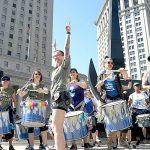 La línea de tambores marchante brasileña Fogo Azul.