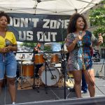 Los activistas Paloma Lara (derecha) yAnamiledys Rosario.