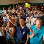 La multitud aplaudió cuando cada funcionario denunció la propuesta.