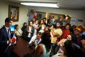 Los activistas confrontaron a Rodríguez en su oficina.