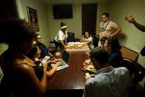 Los defensores ordenaron pizza para la larga noche.