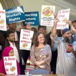 """""""Esta legislación crea un plan para el resto del mundo"""", dijo la directora ejecutiva de la Alianza de Trabajadores de Taxi de Nueva York Bhairavi Desai (centro)."""