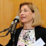 """""""Muchos de nuestros estudiantes tienen que equilibrar sus estudios con el trabajo y las obligaciones familiares"""", dijo la canciller interina de CUNY, Vita C. Rabinowitz."""