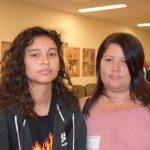 """""""No veo que la ayuda sea tan buena como la gente dice y piensa"""", dijo Liz Cruz, a la derecha, con su hija."""