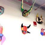 El laboratorio está marcado con toques culturales y folclóricos.