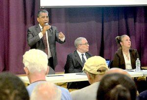 El congresista Adriano Espaillat con la presidenta del condado de Manhattan Gale Brewer y el contralor de la ciudad Scott Stringer en un foro comunitario.