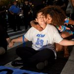 Paloma Lara abraza a Lena Meléndez antes de su arresto.