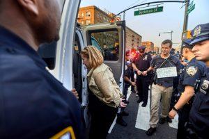 Activistas fueron arrestados el lunes por la noche. Foto: Cristóbal Vivar