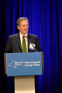 """""""Ha llegado el momento de acciones más fuertes para proteger a los neoyorquinos y el interés público"""", dijo el presidente de laPSC, John B. Rhodes."""