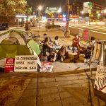 Manifestantes montan un campamento durante la noche.