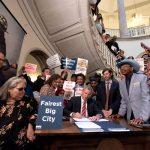 El alcalde Bill de Blasio firma los proyectos de ley.
