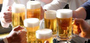 El consumo de alcohol se considera socialmente aceptable.