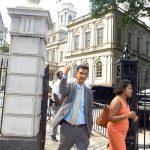 El concejal Ydanis Rodríguez sale del Ayuntamiento después de la votación del 8 de agosto.