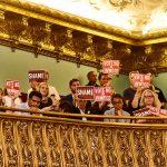 Los manifestantes sentados en el balcón de las cámaras principales del Consejo.