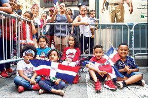 Jóvenes juerguistas en la sexta avenida.