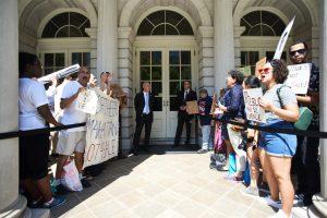 Los activistas se pararon frente al Ayuntamiento.