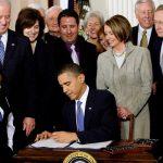 El presidente Barack Obama firmo la Ley del Cuidado Asequible de la Salud en 2010.