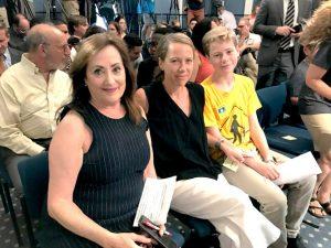 """""""[Esto previene] accidentes para los neoyorquinos de todas las edades"""", dijo Beth Finkel, directora de AARPdel estado de Nueva York, quien estuvo presente para la firma del proyecto de ley."""