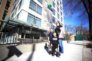 Sheila Feliciano y su familia se mudaron a un hotel después de salir de Puerto Rico.