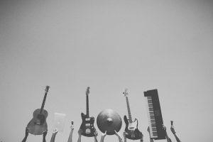 Hacer música.