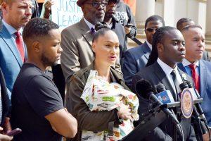 Carmen Pérez, de la Liga de Justicia NYC,llevó a su bebéJerron Marcelo Jordan (alias bebé Justicia).