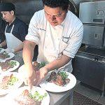 El experimentado chef trabajando.