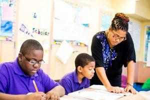 El plan busca retener a los maestros en las escuelas con altas tasas de deserción docente.