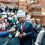 """""""[Estos] son pasos significativos que le dan a los jóvenes una segunda oportunidad"""", dijo el presidente de la Asamblea Estatal, Carl Heastie."""