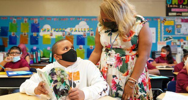 Schools Chancellor Meisha Porter visits with a student.La canciller de escuelas, Meisha Porter, visita a un estudiante.