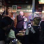 El propietario Peter Walsh cantando